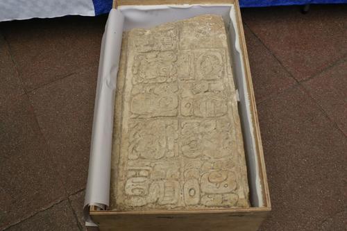 En esta pieza se observan diversas escrituras y fechas. (Foto: Alejandro Balán/Soy502)