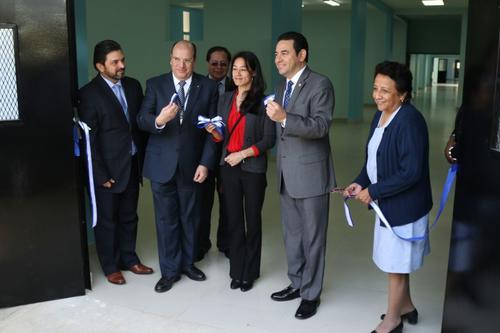 De izquierda a derecha: Leonel Arizpe Carrión, Director del Fondo de Desarrollo Social; José Moreno, Ministro de Desarrollo Social; Lucrecia Hernández Mack, Ministra de Salud; Jimmy Morares, Presidente de Guatemala.