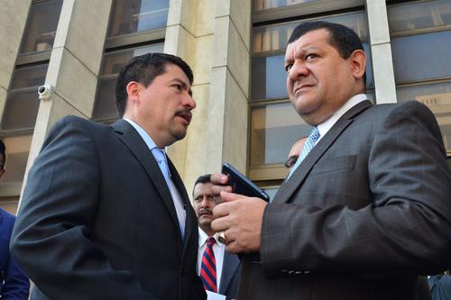 Coro y Alvarizaes conversan al salir de los Tribunales. (Foto: Jesús Alfonso/Soy502)