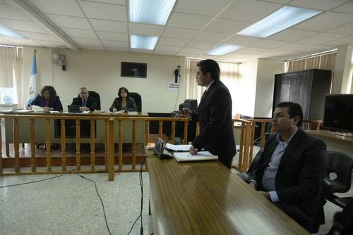 Roberto López Villatoro permaneció al lado de su abogado quien explicó por qué presentó la recusación contra la jueza. (Foto: Wilder López/Soy502)