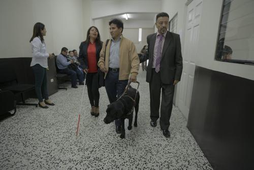William Zapeta es el ciudadano con discapacidad visual que necesita de su perro guía para poder movilizarse. (Foto: Wilder López/Soy502)