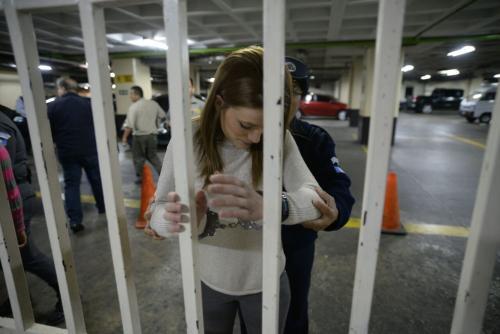La exdiputada y exasistente de Roxana Baldetti, Daniela Beltranena, pasa el registro a su ingreso a tribunales. (Foto: Wilder López/Soy502)