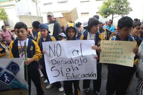Menores y padres de familia pidieron que el hogar no se cierre. (Foto: Soy502)