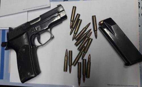 El arma y municiones incautadas. (Foto: PNC)