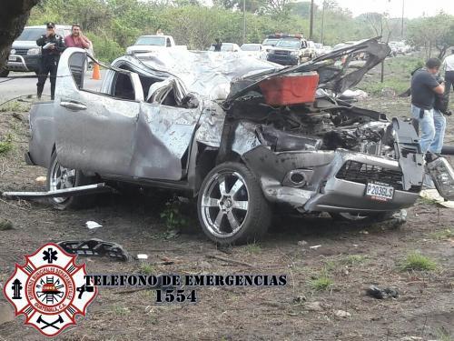 La hilera quedó en la parte frontal del vehículo. (Foto: Bomberos Municipales Departamentales)