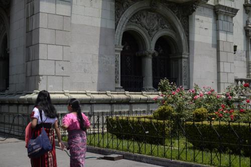 La fachada del Palacio Nacional presenta un grafiti. (Foto: Wilder López/Soy502)