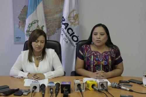 En conferencia de prensa Carolina Miranda, Directora interina de Migración, explicó la situación de la emisión de pasaportes. (Foto: Alejandro Balam/Soy502)