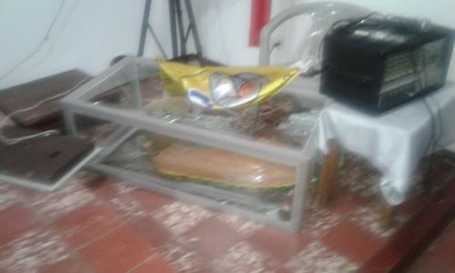 La imagen muestra una vitrina en el suelo y en el interior una imagen. (Foto: PNC)
