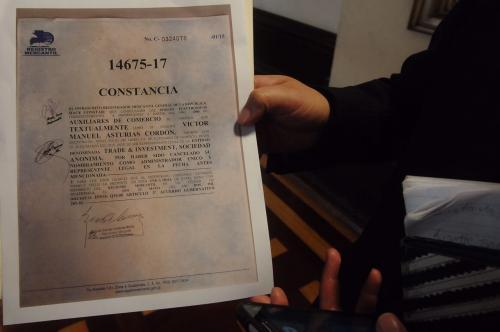 Constancia presentada por el ministro. (Foto: Jesús Alfonso/Soy502)