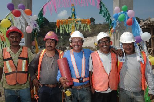 Cada grupo de albañiles decora a su gusto el lugar de trabajo en este día. (Foto: Jesús Alfonso/Soy502)