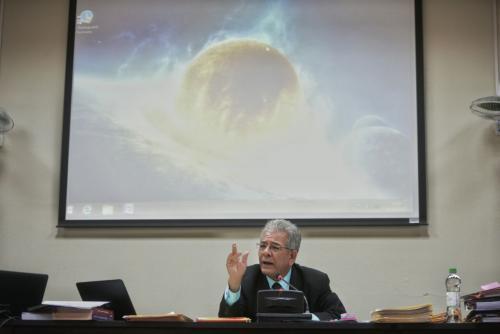 La figura de un meteorito ilustra la exposición del juez Miguel Ángel Glavez. (Foto: Wilder López/Soy502)