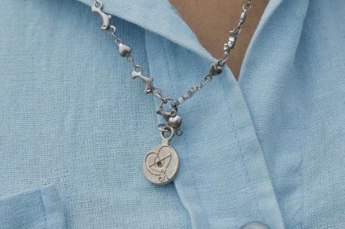 Esta cadena tenía Rosa Linda al morir y ahora su madre lo usa como su vestimenta diaria. (Foto: Alejandro Balán/Soy502)