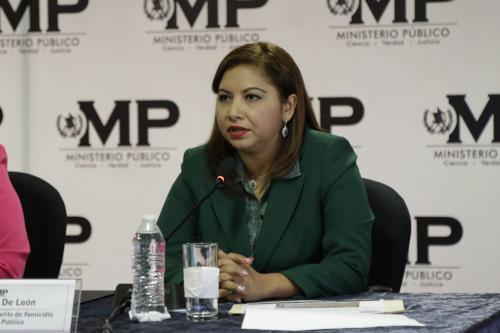 Berónica de León de la Fiscalía contra el Delito de Femicidio cuestionó cómo Castro se pudo haber retirado del área cuando los menores aún estaban afuera sufriendo las inclemencias del clima y sin comer.