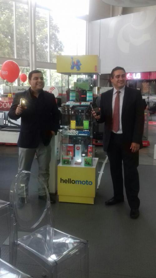 Representantes de Motorola explicaron las bondades de los nuevos celulares. (Foto: cortesía Tiendas Elektra)