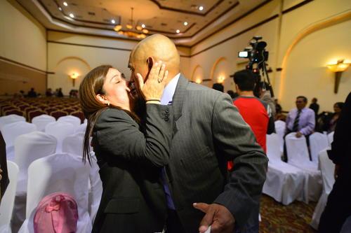 El mejor regalo. Patricia de Plata Franco, besó a su esposo al terminar la graduación de la III promoción del colegio CSD Municipal. (Foto: Wilder López/Soy 502)
