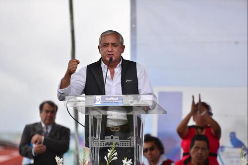 El expresidente Otto Pérez participó en la entrega simbólica de las plazas formales a empleados temporales de salud, que forma parte del Pacto Colectivo. (Foto Archivo/Soy502)