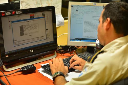 Uno de los operadores del 110 recibiendo información de un doble homicidio. (Foto: Wilder López/Soy502)