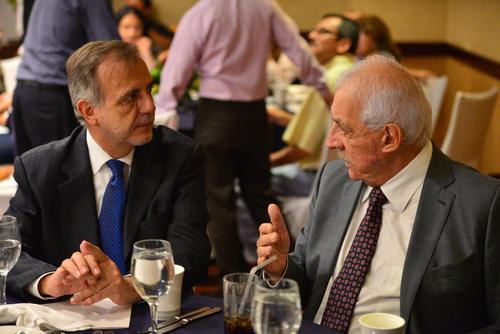El comisionado (I) dialoga con Mario López (D) durante el acto. (Foto: Wilder López/Soy502)