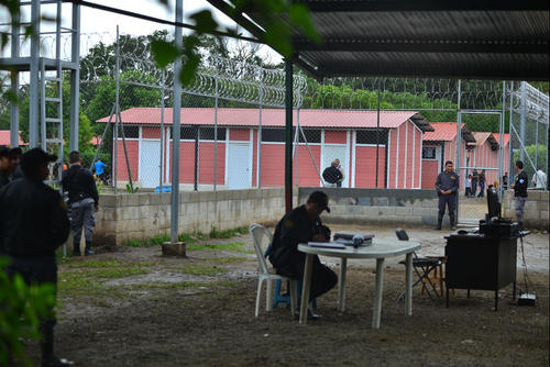 Vista de afuera de la cárcel Mariscal Zavala donde permanece recluido Otto Pérez Molina. (Foto: Archivo/Soy502)