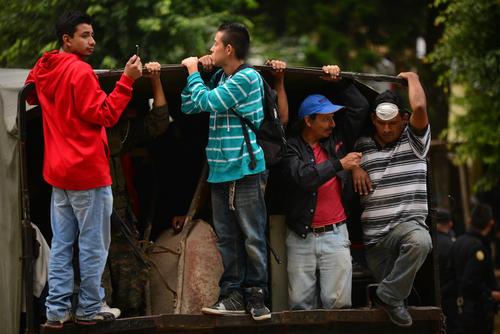 Cuidando sus pertenencias en los camiones, decenas de pobladores dejan atrás una vida. (Foto: Wilder López/ Soy502)