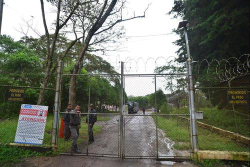 Vista del ingreso a la cárcel militar Mariscal Zavala, donde permanece encarcelado el ex presidente Otto Pérez Molina. (Foto: Archivo/Soy502)
