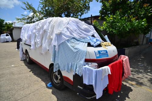 La falta de gas para la secadora obliga a que la ropa se deba secar al sol, encima de la ambulancia, por ejemplo. (Foto: Wilder López/Soy502)