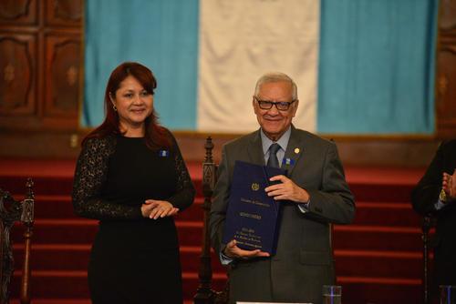 La ministra le entregó personalmente el compendio de labores. (Foto: Wilder López/Soy502)
