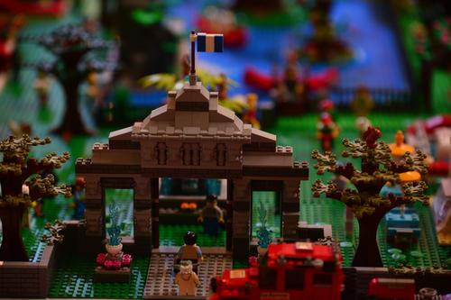 La bandera de Guatemala ondea en lo alto de una recreación de Lego. (Foto: Wilder López/Soy502)
