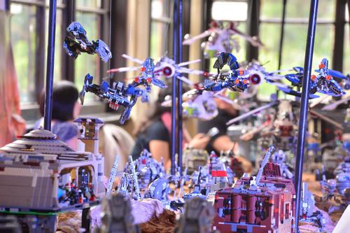 A unas semanas del estreno de la nueva película de Star Wars, sus naves ya volaron en la exposición. (Foto: Wilder López/Soy502)