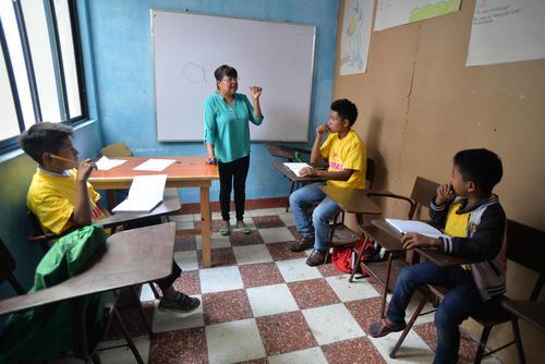 """""""Paty"""", como la llaman sus alumnos, imparte las clases de lengua. (Foto: Wilder López/Soy502)"""