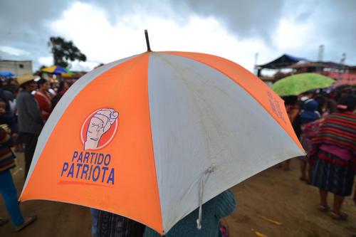 Varias personas llevaban sombrillas del partido Patriota al mitin de Jimmy Morales. (Foto: Wilder López/Soy502)