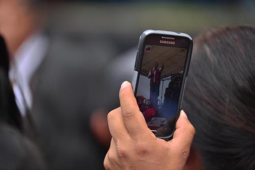 Muchas de las personas que asistieron a ver a Jimmy Morales no pierden la oportunidad para hacerle fotografías. (Foto: Wilder López/Soy502)