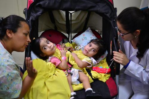 Damaris Luch (i) es quien se dedica al cuidado de las niñas. (Foto Wilder López/Soy502)