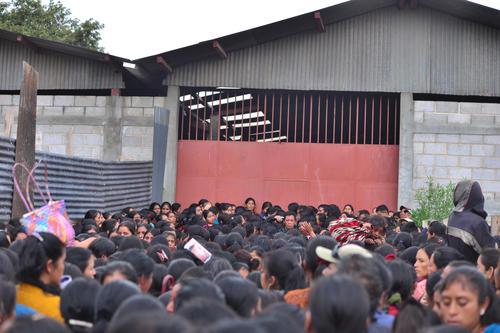 En esa bodega, los cientos de mujeres debían firmar una lista. Sin embargo, ante la presencia de periodistas dejaron de recibirlas. (Foto: Wilder López/Soy502)