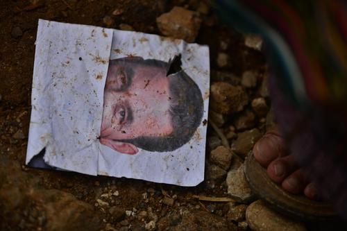 La publicidad de Jimmy Morales, entregada durante el mitin, terminó tirada en el suelo. (Foto: Wilder López/Soy502)