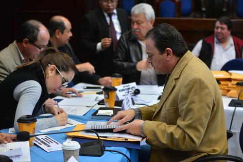 Los diputados que integran la comisión conformaron dos grupos para agilizar la revisión de expedientes. (Foto Wilder López/Soy502)