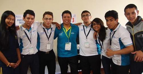 Fernando Lázaro junto a varios participantes del WorldSkills Guatemala 2015.