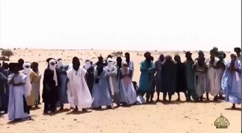 Un grupo de nómadas fue obligado a ver la ejecución de los dos hombres. (Foto: Infobae)