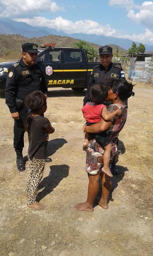 "Agentes de la PNC entregaron pelotas en la colonia la ""Nopalera"" de Zacapa. (Foto: PNC)"