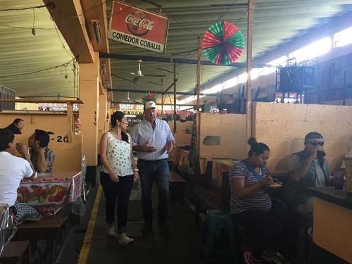 """Andrew Zimmern de """"Comidas Exóticas"""" compartió junto a Mirciny Moliviatis los secretos de la cocina guatemalteca. (Foto: Mirciny Moliviatis)"""