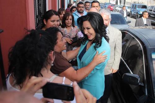 Zury Ríos con varias personas afuera del TSE previo a recibir su credencial el viernes.  (Foto: Alejandro Balam/Soy502)