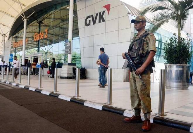La falsa alarma activó un fuerte operativo policial en los tres aeropuertos amenazados. (Foto. theindu.com)