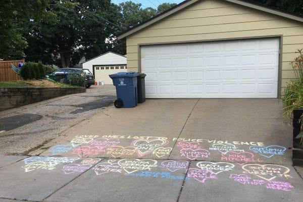 Amigos y vecinos dejaron mensajes de apoyo escritos frente a la vivienda de la víctima. (Foto. Infobae)