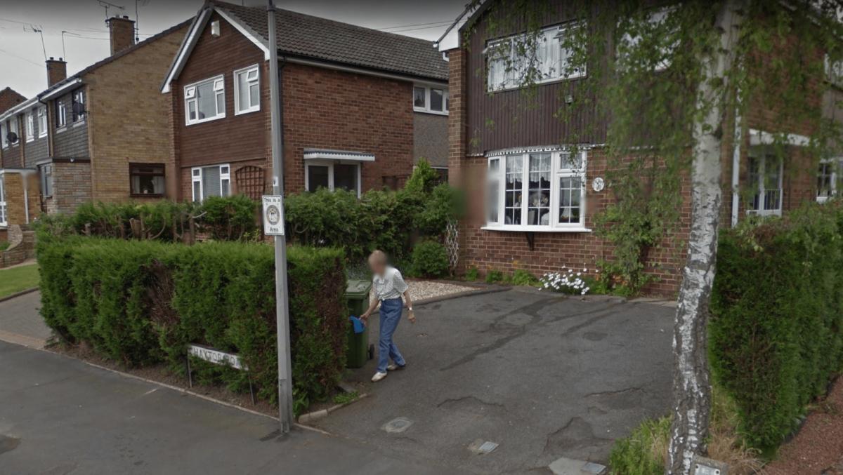 La mujer regaba sus plantas cuando fue captada la imagen para Google Maps. (Imagen. Google Earth)