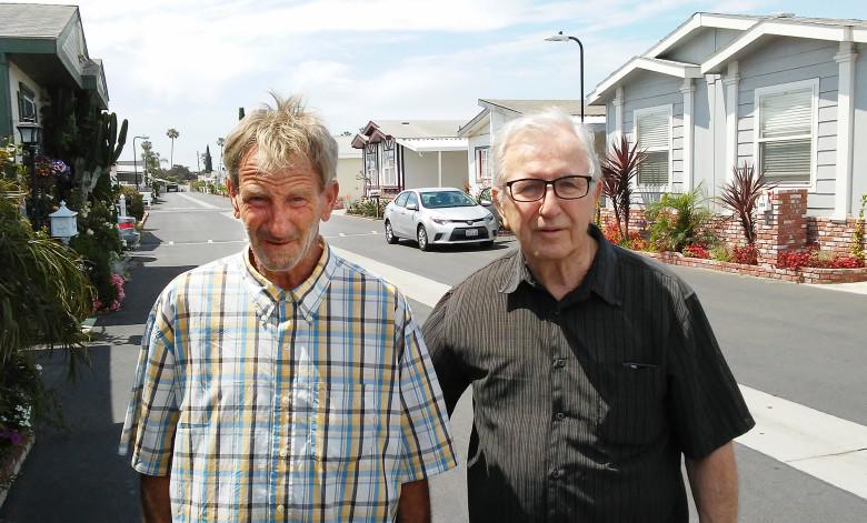 Frank J. Karrigan junto a su hijo Frank M. Kerrigan, a quien creía muerto. (Foto. ocregister.com)