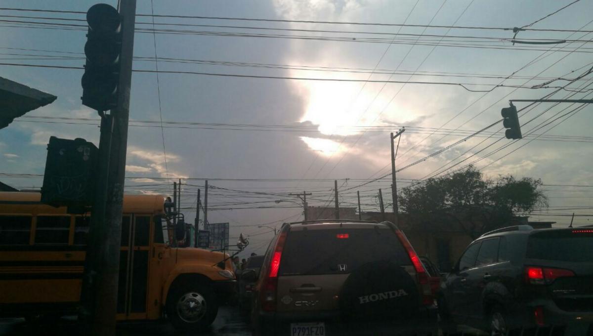 El tránsito en la avenida Elena y Anillo Periférico se ha complicado porque los semáforos no funcionan. (Foto: Cortesía Julio Sosa)