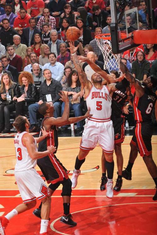 Carlos Boozer guió a los Bulls a la victoria, tras aportar 27 puntos y 9 rebotes.