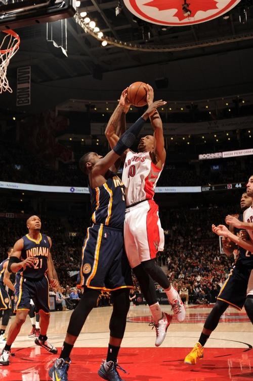 DeMar DeRosan de los Raptors de Toronto dispara ante la marca de uno de los jugadores de los Pacers de Indiana
