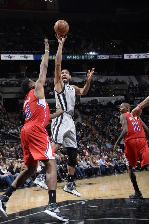 Tim Duncan de los Spurs de San Antonio anota ante la defensa de los Clippers de Los Angeles