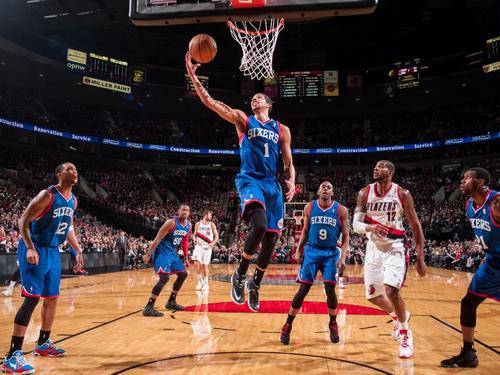 Michael Carter-Williams #1 de los Sixers de Philadelphia anota ante la defensa de los Trail Blazers de Portland, quienes cayeron por 99-101